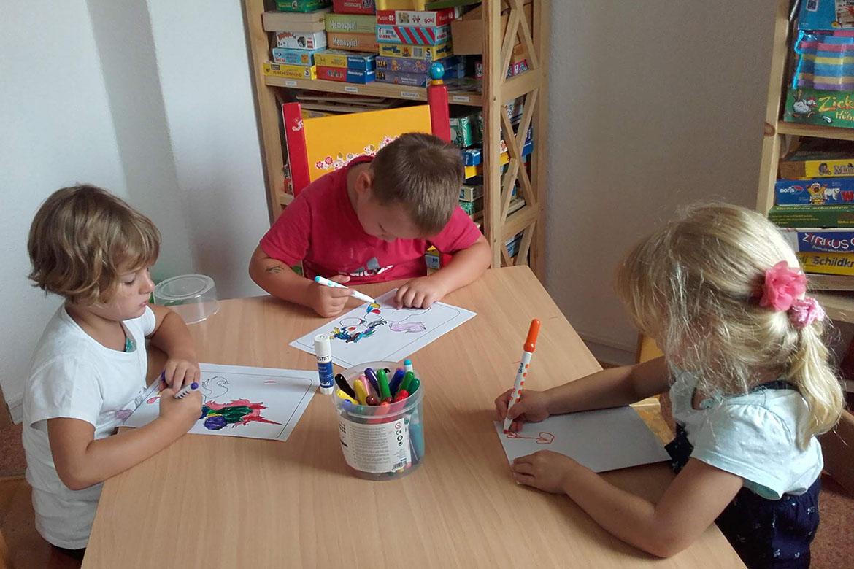 Kinder beim Malen4_web©ASB Dresden und Kamenz.jpg