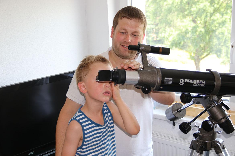 k-Jaskob schaut durch das Teleskop mit Roland Beyer_web©S. Mutschke.jpg