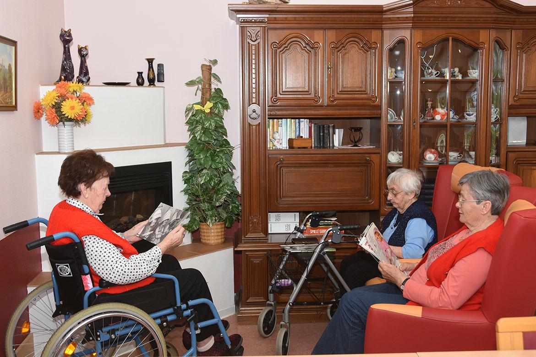 Bewohnerinnen beim Lesen_web©ASB Dresden und Kamenz.jpg