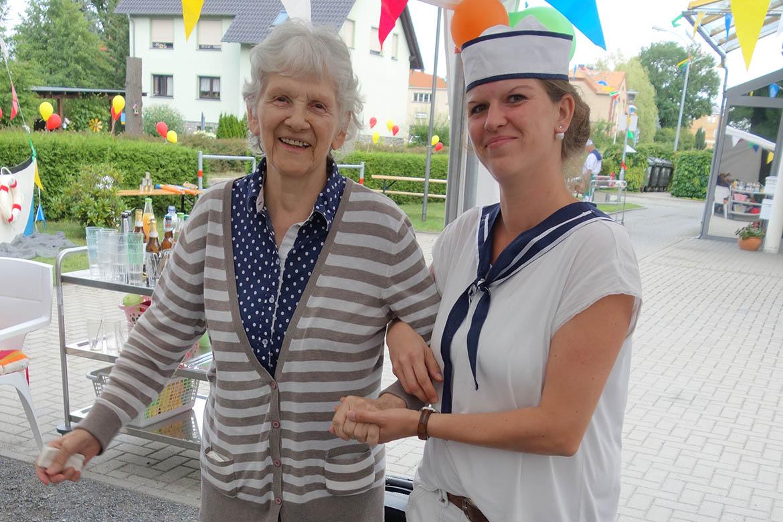 20 Jahre Sommerfest_Bewohnerin und Mitarbeiterin_PH_Bernsdorf_web©ASB Dresden und Kamenz gGmbH.jpg