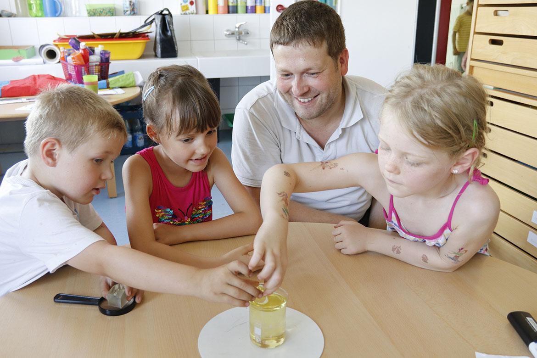 k-Emil, Anna, Roland Beyer und Lina mit Glaskolben-Experiment_web©S. Mutschke.jpg