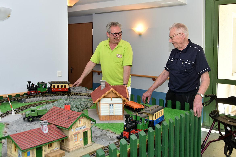 Stefan Kahle mit Bewohner Eisenbahn_web©ASB Dresden Kamenz.jpg