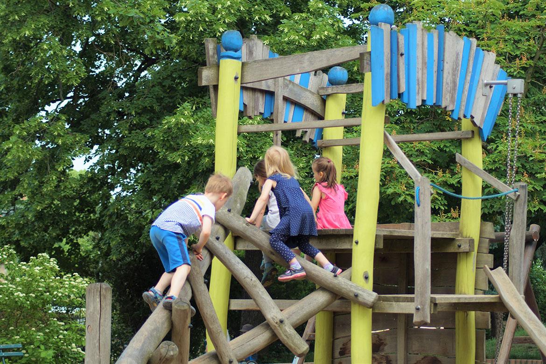 Kinder klettern_Kita zur Bimmelbahn_web©ASB Dresden und Kamenz gGmbH.jpg