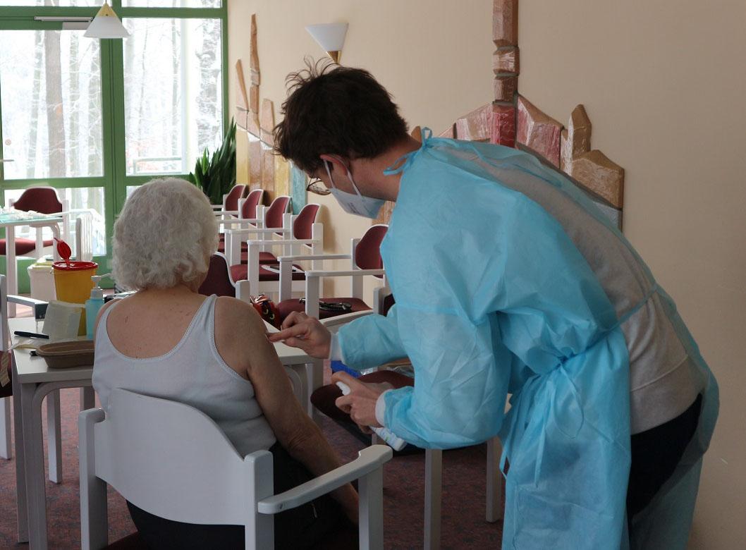 Corona-Impfung_Frau Schmidt_Bewohnerin_Pflegeheim Koenigsbrueck_web©ASB Dresden und Kamenz gGmbH.jpg